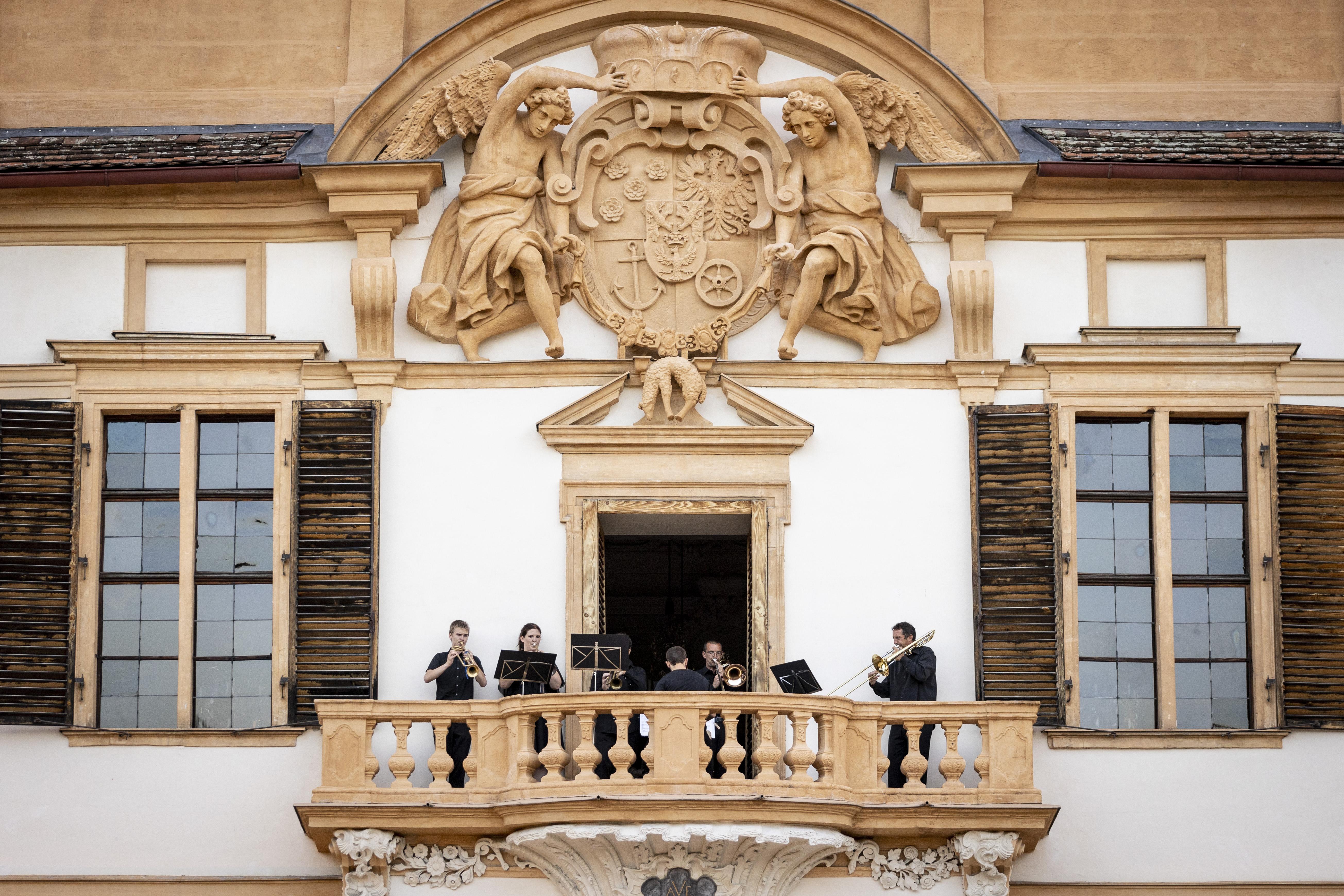 Bläserensmble am Balkon von Schloss Eggenberg